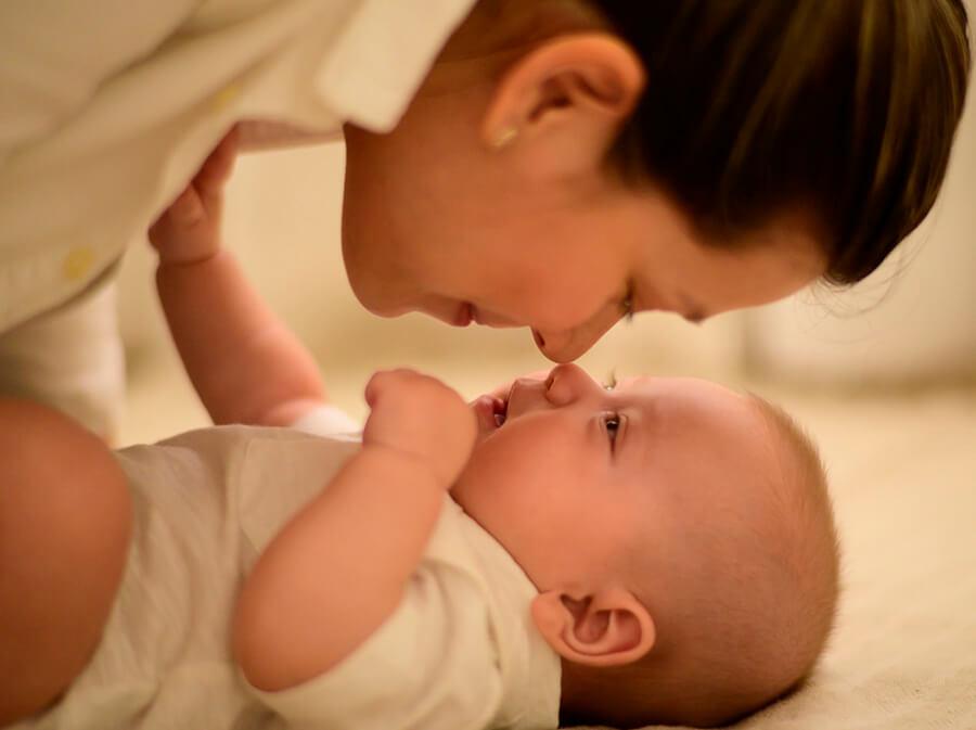 Baby und Mutter spielen
