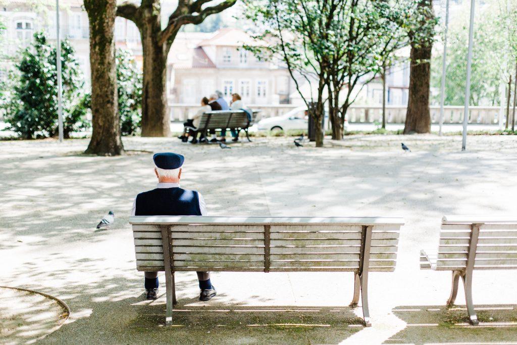 Opa sitzt auf der Bank