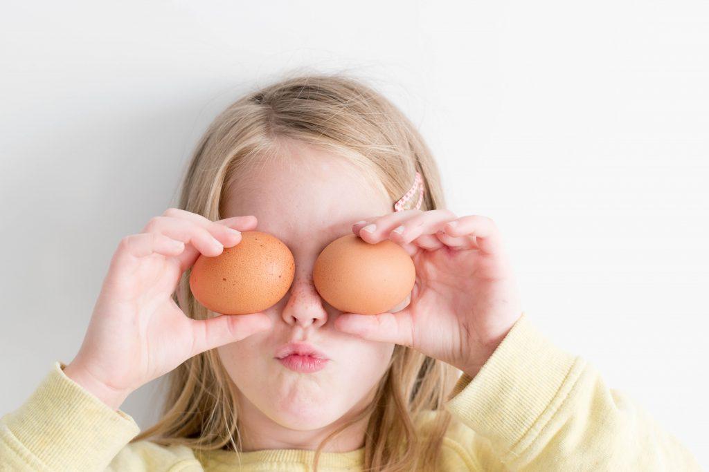 Mädchen spielt mit den zwei Eiern