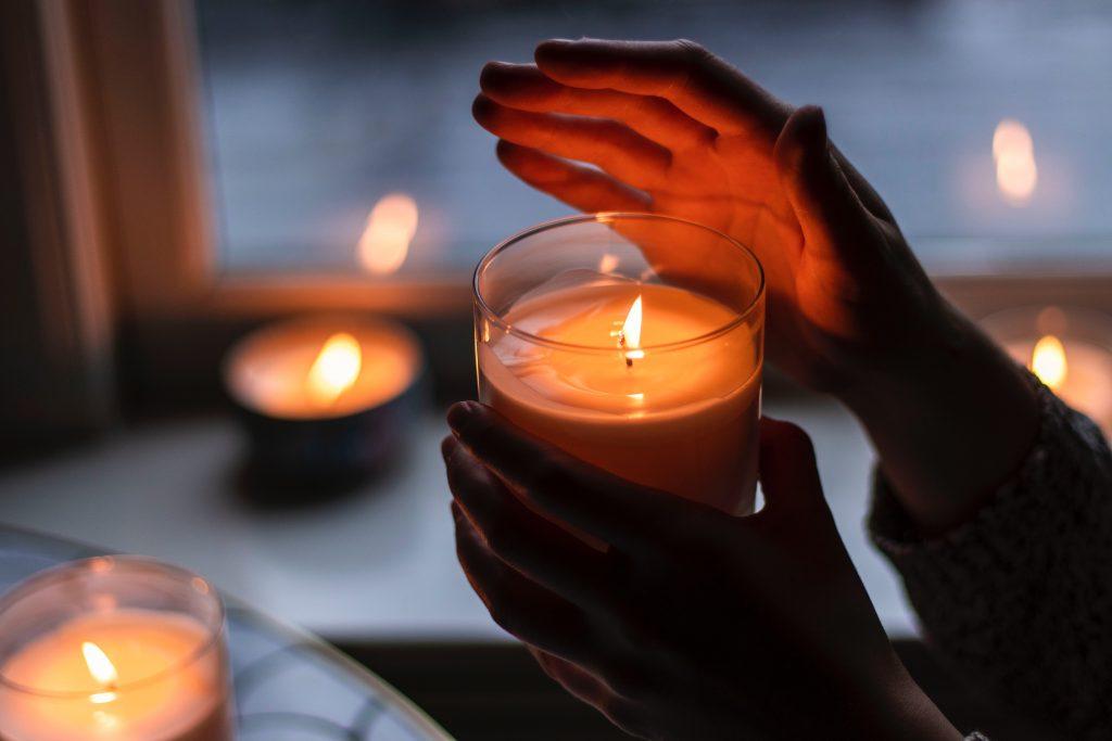 Frau hält eine Kerze