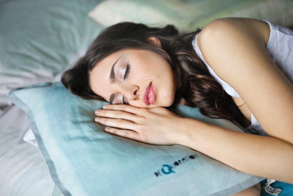 Frau, die im Bett schläft
